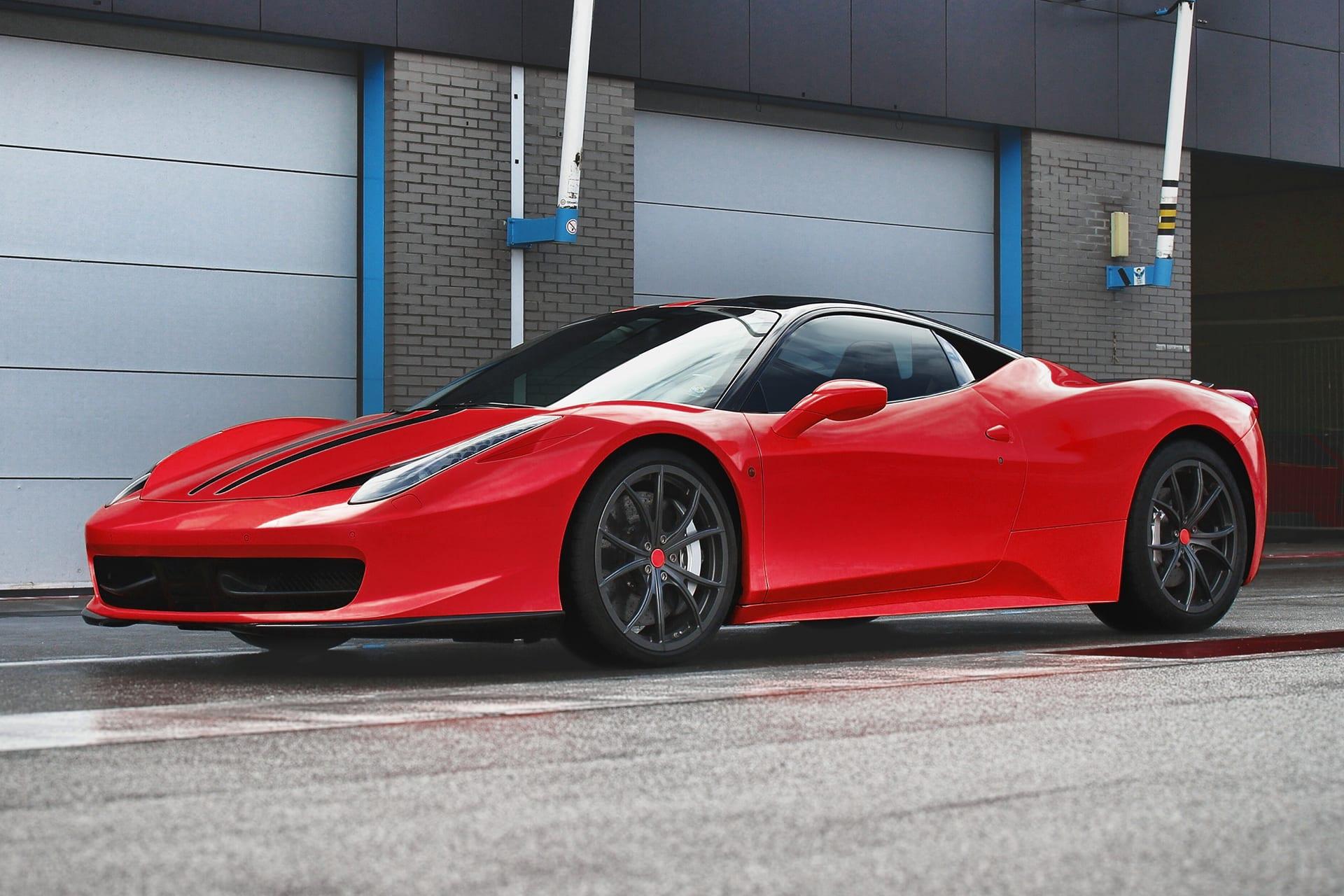 Roter Ferrari parkiert vor einer Garage | nach den Farbkorrekturen