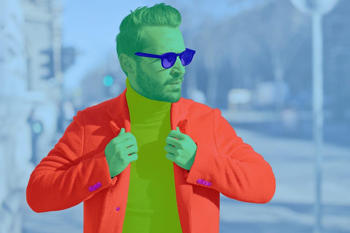 Männliches Fotomodell läuft mit Sonnenbrille eine Straße entlang | mit Farbkorrekturmasken