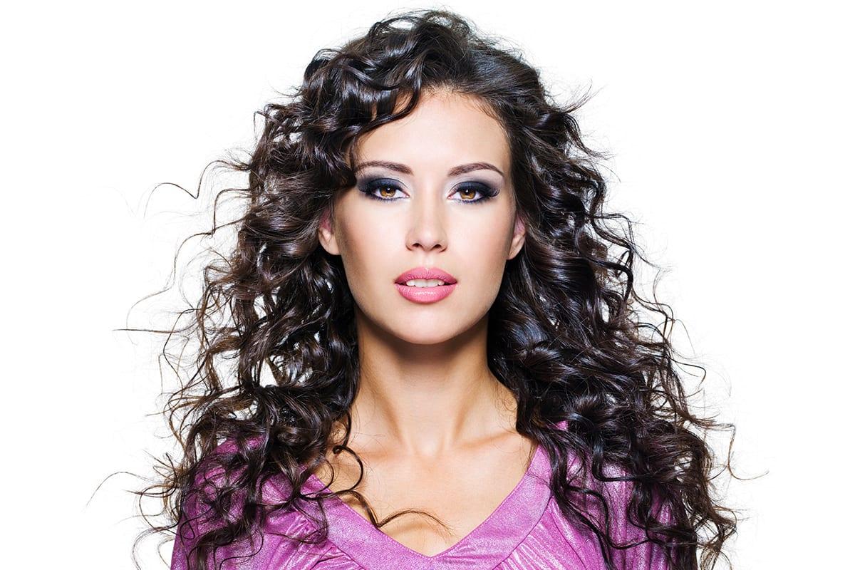 Weibliches Modell mit welligen Haaren freigestellt auf weissem Hintergrund | Softclipping service
