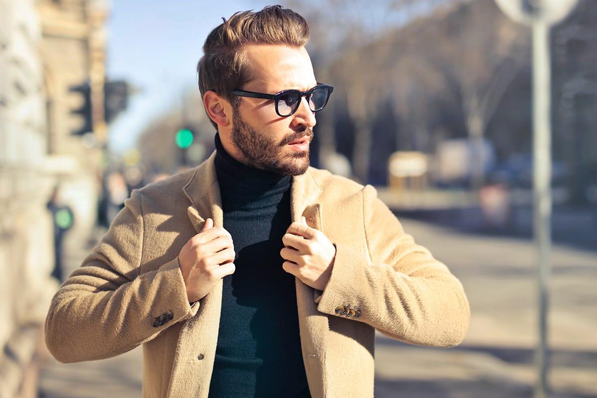 Männliches Fotomodell läuft mit Sonnenbrille eine Straße entlang | ohne Farbkorrekturmasken