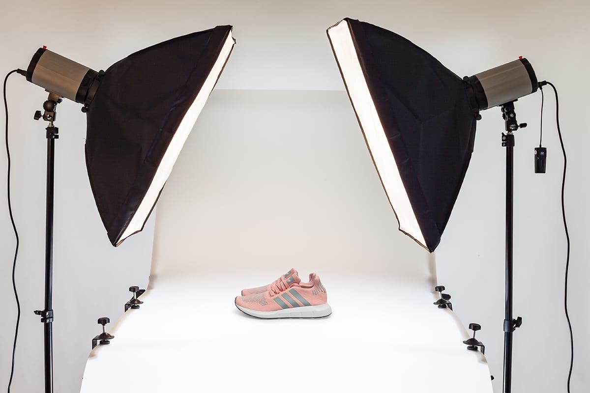 Sportschuhe im Fotostudio auf weißem Hintergrund | e-commerce online shop