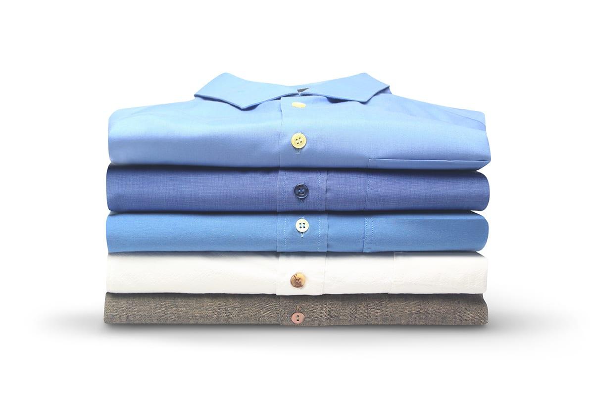 Gestapelte Hemden in mehreren Farben perfekt präsentiert nach der e-commerce online shop Bildoptimierung