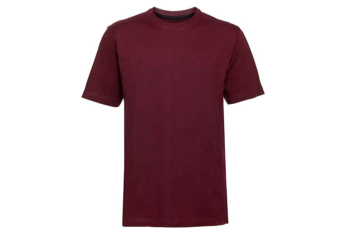 Rotes T-Shirt auf weißem Hintergrund | vor den Farbkorrekturen