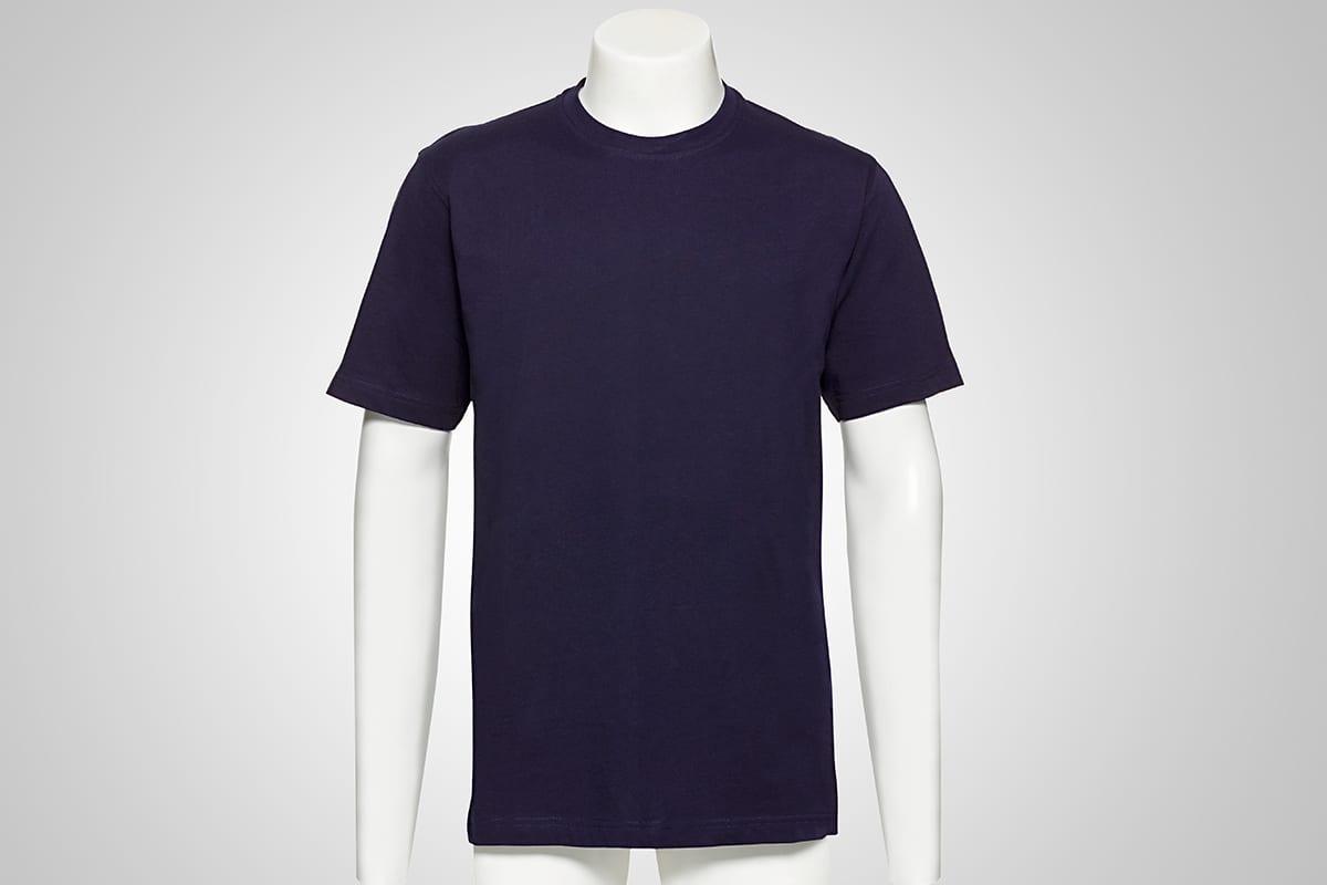 Blaues Tshirt getragen von einer Puppe auf einem grauen Fotostudio Hintergrund vor der e-commerce online shop bild optimierung