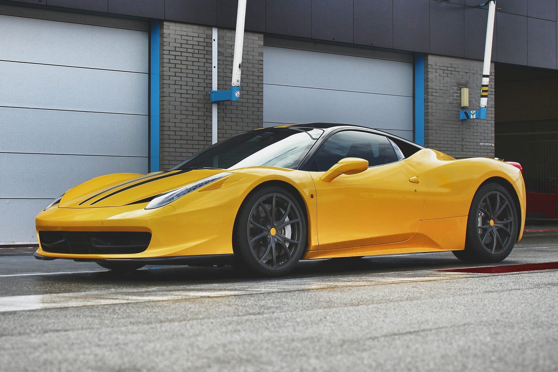 Gelber Ferrari parkiert vor einer Garage | vor den Farbkorrekturen