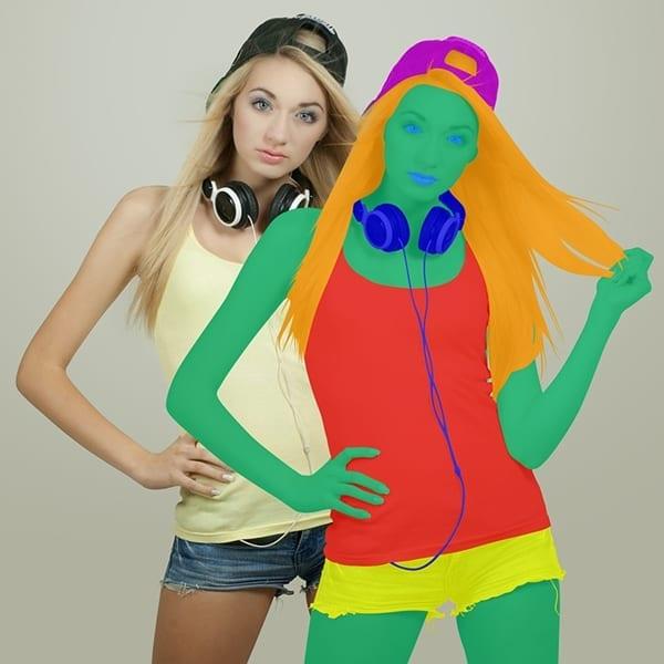 2 Frauen vor einer beigen wand. die vordere frau ist in unterschiedliche farben unterteilt