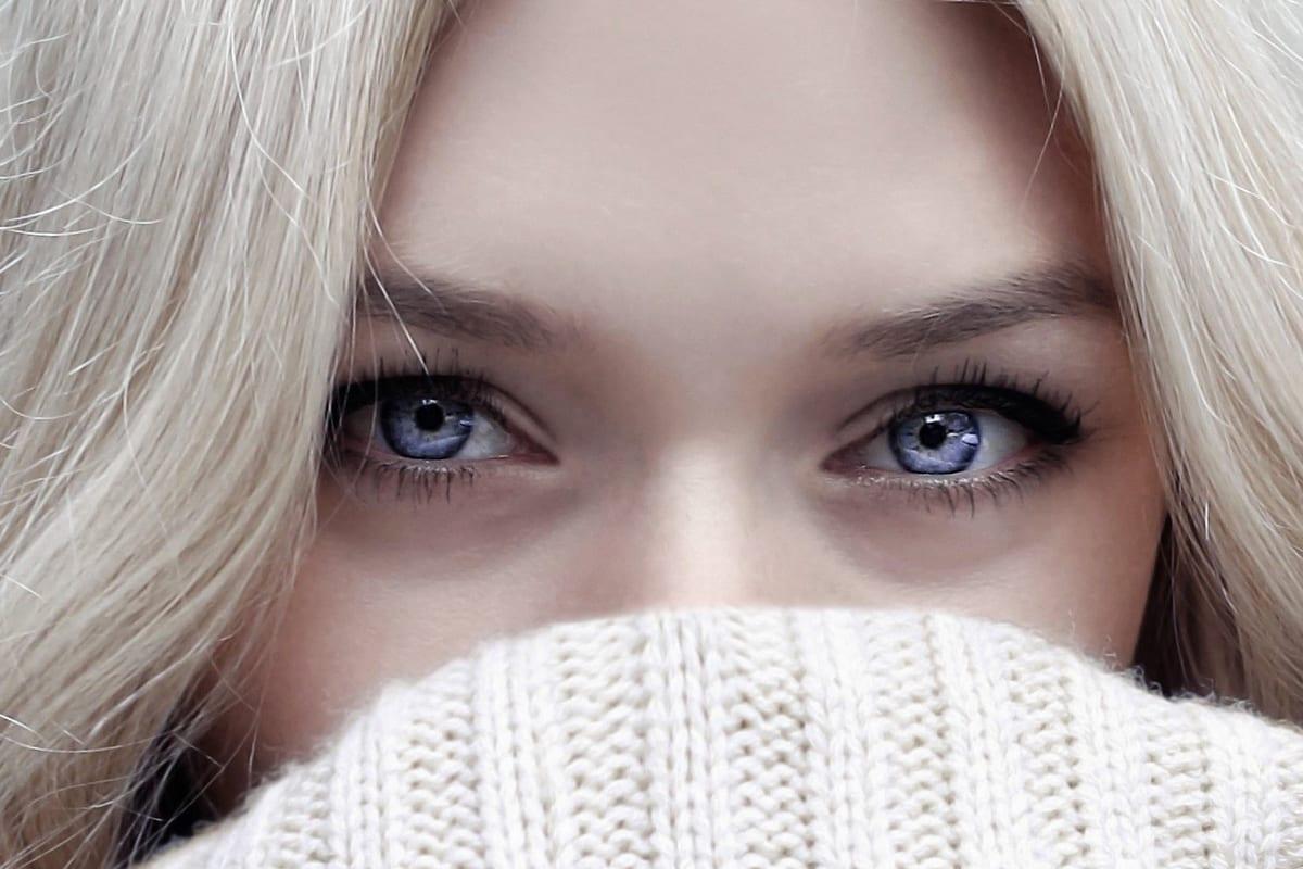 Blasses weibliches Modell mit blauen Augen | vor den Farbkorrekturen