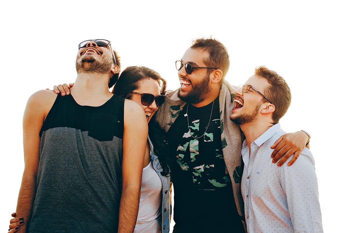 Lachende Personengruppe freigestellt auf weißem Hintergrund | mit Freisteller Service