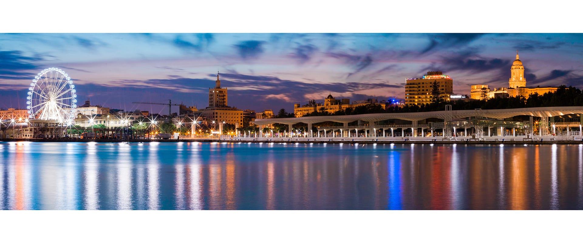 Panorama Bild einer Stadt bei Nacht an einem Fluss